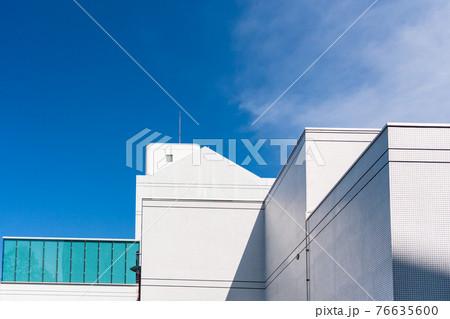 白壁の建物 青空 大学 キャンパス 76635600
