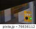 ホームドアの非常開ボタン 76636112