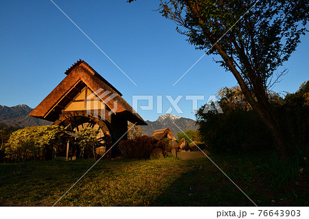 北杜市武川町、水車小屋に朝日が当たる。バックは甲斐駒 76643903