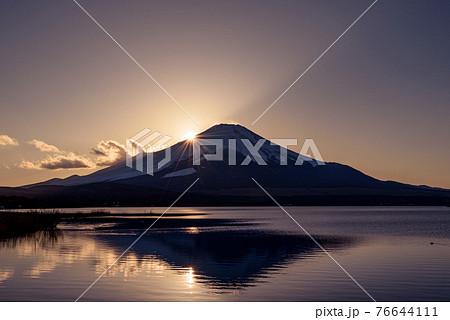 (山梨県)厳冬の山中湖とダブルダイヤモンド富士 76644111