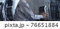 会社で働くビジネスパーソン 76651884