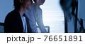 会社で働くビジネスパーソン 76651891