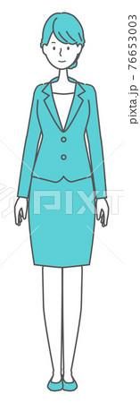まっすぐ立つスーツを着た女性 76653003
