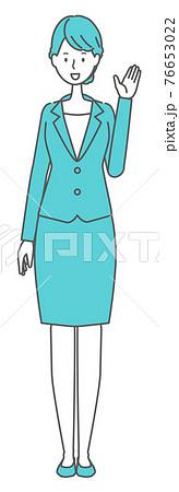 案内するスーツを着た女性 76653022