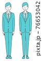まっすぐ立つ スーツを着た男性 76653042