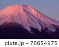 夜明けの紅富士クローズアップ・厳冬期 76654975