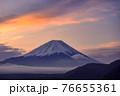 (山梨県)明け方の富士山と雲海・本栖湖 76655361