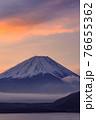 (山梨県)明け方のグラデーションと富士山・本栖湖 76655362