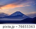 (山梨県)早朝の富士山と雲海・本栖湖 76655363