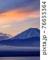 (山梨県)朝日を浴びる富士山と雲海・本栖湖 76655364
