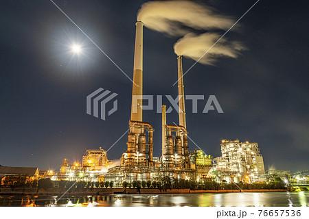 満月に照らされるコンビナート・工場  76657536