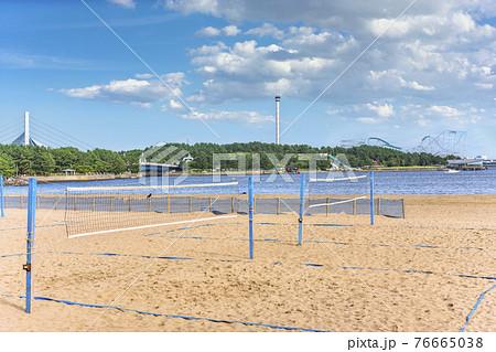 [神奈川・横浜] 海の公園のビーチに貼ってあるビーチバレーのサンドコートのネットと背景に横浜・八景島 76665038