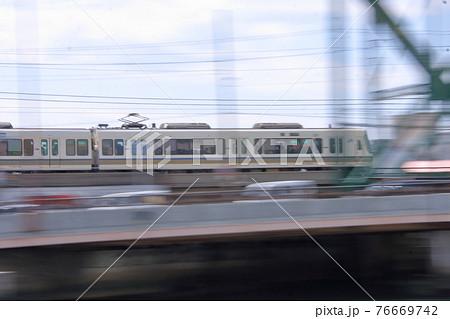 大阪環状線大正駅 流し撮りでとらえた車両 76669742