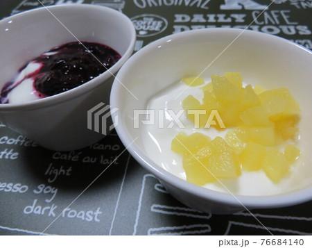 ブルーベリージャムとリンゴ煮のヨーグルト 76684140