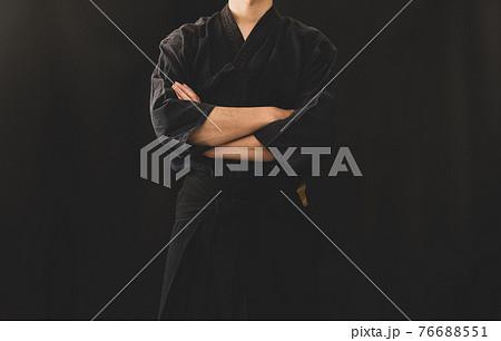 袴姿で腕を組む男性 76688551