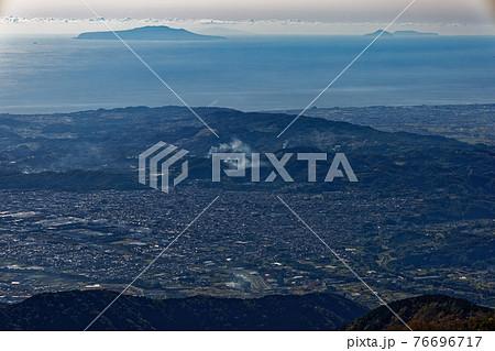 丹沢・塔ノ岳から見る伊豆大島と利島・新島 76696717