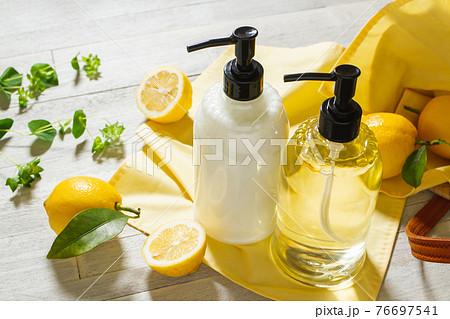 シャンプー ボトル ナチュラルなヘアケアイメージ素材 76697541