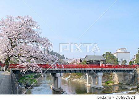 飛騨高山 赤い欄干の中橋 春 76697971