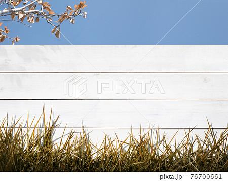 秋冬をイメージした白い柵と空の素材 - 複数のバリエーションがあります 76700661
