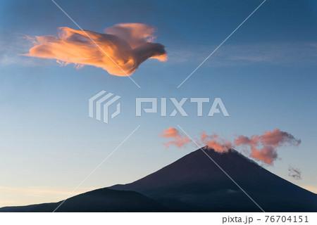 富士に鳳凰(火の鳥)現る 76704151