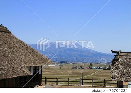春の立木観音からの磐梯山(福島県・会津坂下町) 76704224