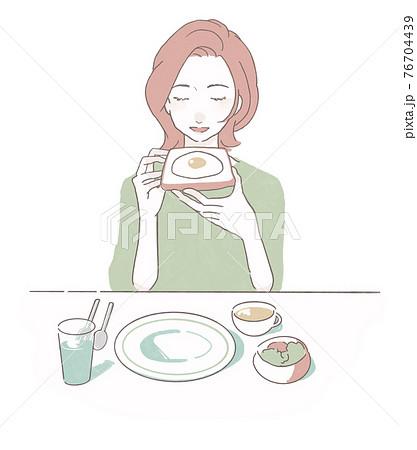 洋食の朝食を食べる若い女性 76704439