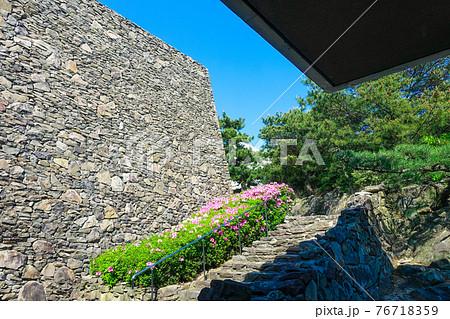 ツツジの時期に五色台頂上付近に建つ瀬戸内海歴史民俗資料館 76718359