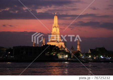 川越しから望む夕暮れ時のワット・アルン1/タイ・バンコクの風景 76725232