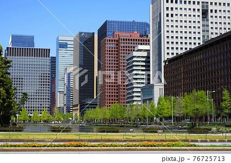 4月 千代田58皇居のお濠(日比谷通り)と東京海上日動ビル本館 76725713