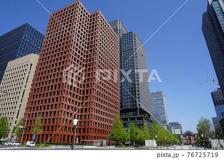 4月 千代田53東京駅と行幸通りの東京海上日動ビル本館 76725719