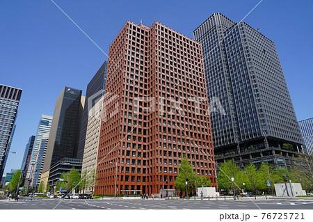 4月 千代田51行幸通りと日比谷通りの交差点・東京海上日動ビル本館 76725721