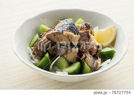 サバの水煮缶おかずサラダ(きゅうり、たまねぎ、レモン添え) 76727754