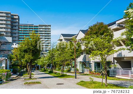 爽やかな新緑の遊歩道 環境に恵まれた素敵な住宅街 76728232