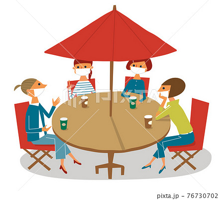 オープンカフェで集うマスク姿の女性たち 76730702