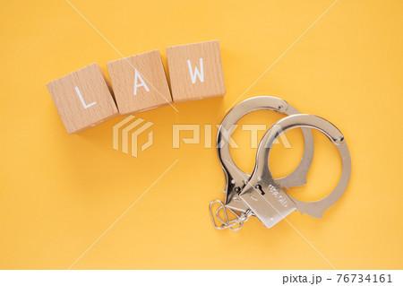 法律、違反 「LAW」と書かれた積み木と手錠 76734161
