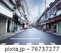 上海の昔ながらの街並みと高層ビル 76737277