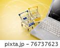 パソコンとショッピングカート ネット通販のイメージ 76737623