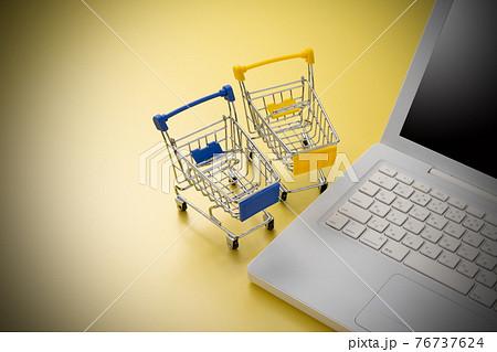パソコンとショッピングカート ネット通販のイメージ 76737624