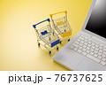 パソコンとショッピングカート ネット通販のイメージ 76737625
