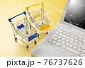 パソコンとショッピングカート ネット通販のイメージ 76737626