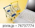 パソコンとショッピングカート ネット通販のイメージ 76737774