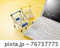 パソコンとショッピングカート ネット通販のイメージ 76737775