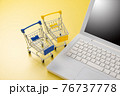 パソコンとショッピングカート ネット通販のイメージ 76737778