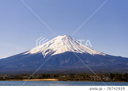 (山梨県)晴れた空と雪積もる富士山 76742939