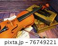 アンティークなバイオリン 76749221