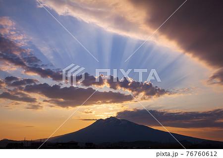 神々しい後光の差す美しい津軽富士 76760612