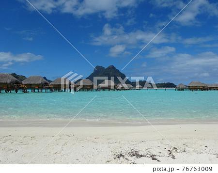 ボラボラ島ホテルのプライベートビーチから見える水上コテージとオテマヌ山 76763009