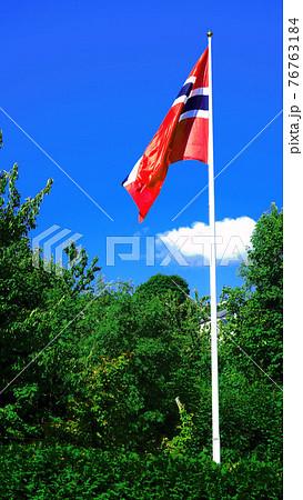 風になびくノルウエーの国旗 76763184