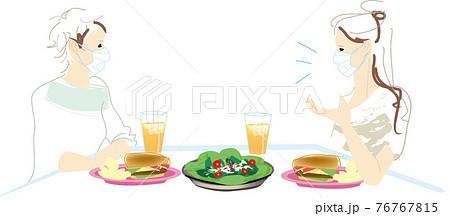 マスクをしておしゃべりしながら会食を楽しむ女性 76767815
