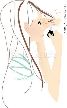 前髪をセルフカットする女性 76767819
